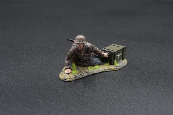SS106 Infantry Soldier with Ammo Crate