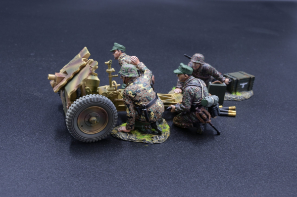 ANNOFF17 Infantry Cannon with SS Crew