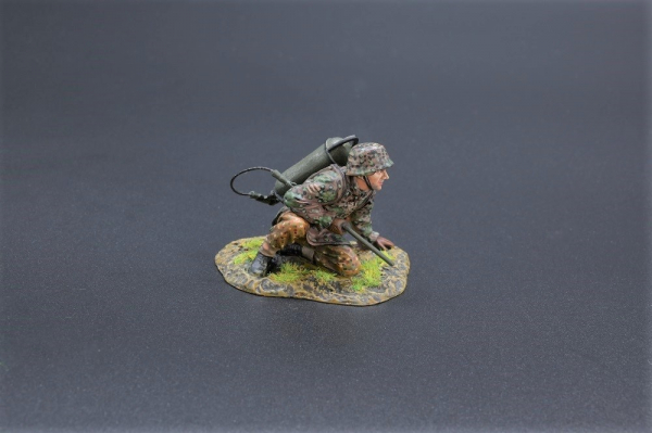 SS072A SS Soldier (With Base)
