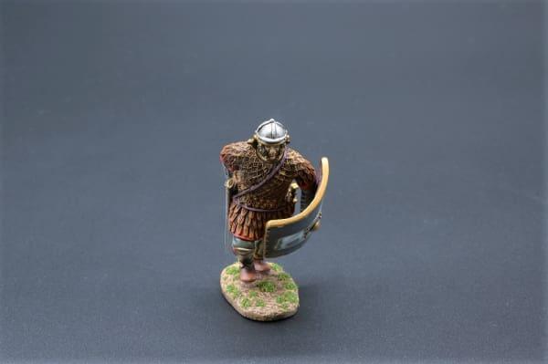 ROM072C Charging Legionnaire in Scale Armour (9th Legion)